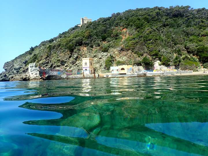 Kayak under the castle of Sonnino, Tuscany